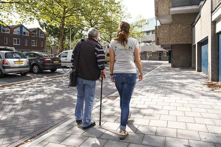 Buiten wandelen voor herstel fysiotherapie